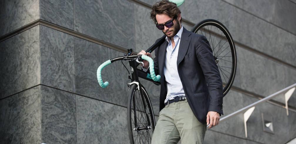 Business man trägt Rennrad Fahrradreparatur
